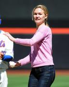 http://img241.imagevenue.com/loc395/th_80437_Julia_Stiles_at_First_Pitch_At_The_NY_Mets_Game10_122_395lo.JPG